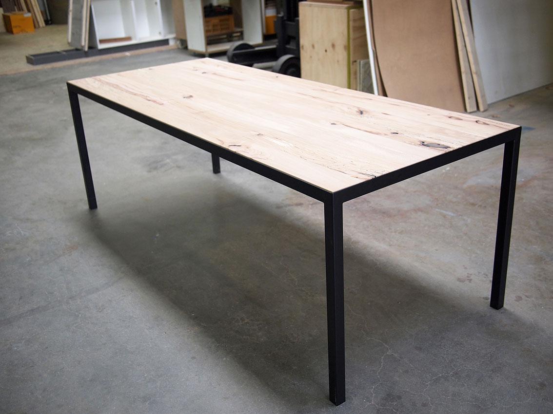 Een zeer forse en zware rustiek houten eettafel meter la te